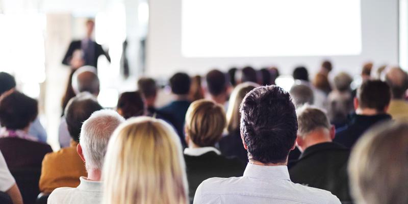 Människor i konferenslokal